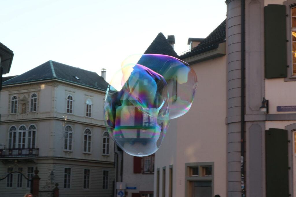 Riesenseifenblasen am Münster in Basel