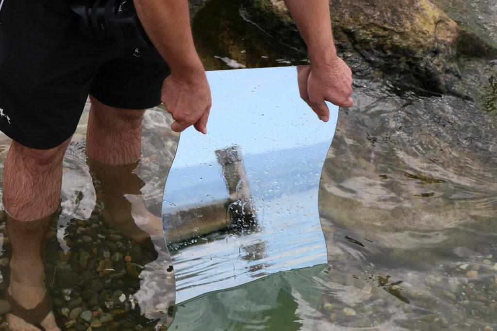Spiegel im Wasser mit Botsanlegepfosten