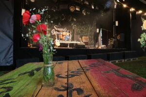 Bartisch mit Bühne