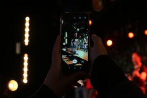 Smartphone filmt Bühne
